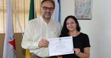 Reitoria entrega certificados de conclusão de curso que conferem o título de mestra a servidoras da Instituição